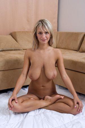 Блондинка с большими титьками 17 фото