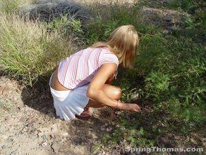 Блондинка задирает юбку в публичных местах 8 фото