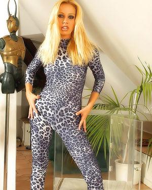 Аппетитная блондинка снимается для эротической фотосессии 2 фото