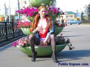 Рыжая девушка показала маленькие сиськи на улице 12 фото