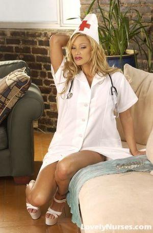 Сексуальная медсестра с шикарными сиськами 3 фото