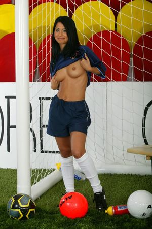Молоденькая смуглая спортсменка устроила стриптиз на футбольном поле 3 фото