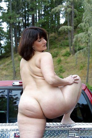 Упитанная тетка разделась в кузове пикапа в лесу 1 фото