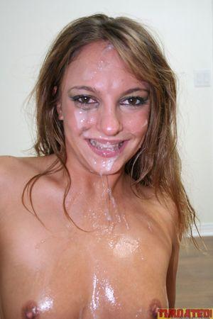 Брюнетка перестаралась с минетом и получила камшот 15 фото