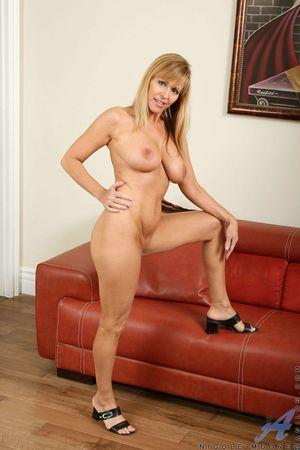 Активная мастурбация сорокалетней женщины с красивой большой грудью 9 фото