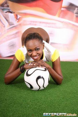 Негритянка фоткается, чтобы привлечь спонсоров к женскому футболу 14 фото