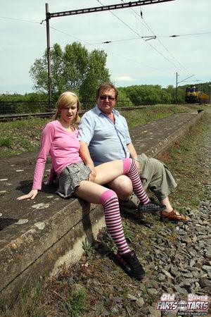 Девушка трахается на улице со взрослым мужиком прямо рядом с поездами 5 фото