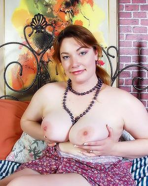 Толстая бабенка мастурбирует свою пизду на кровати 5 фото