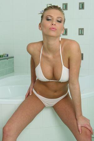 Сексапильная блондинка забавляется дрочкой в ванной 5 фото