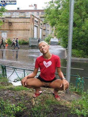 Блондинка трахает себя самотыком на улице. 1 фото