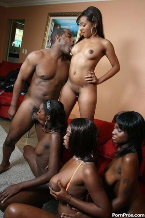 Черный парень долбит дырочки классных негритянок и поливает их спермой 6 фото