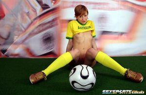 Футболистка с маленькой грудью активно играет с мячом 4 фото