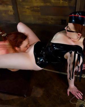 Рыжая бестия наказала непослушную любовницу 12 фото
