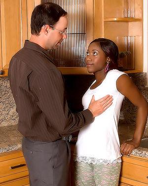 Белый мужик овладел смазливой негритянкой на кухне 0 фото