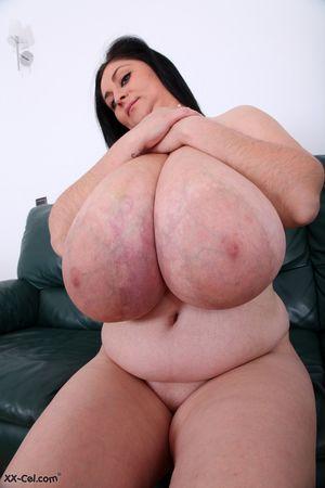 Пухлая женщина выставила сое вымя 1 фото