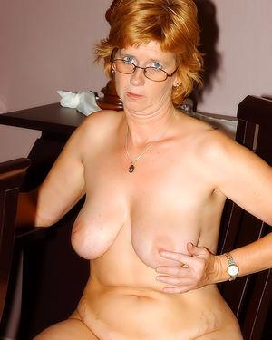 Развратная зрелая женщина, мастурбирует на работе 6 фото