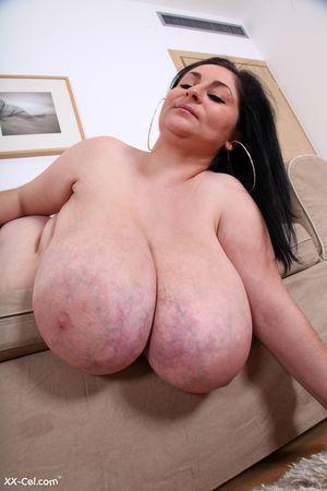 Темноволосая толстуха с огромной грудью с венами. 8 фото