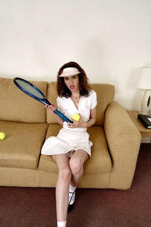 Волосатая киска решила поиграть в тенис 4 фото