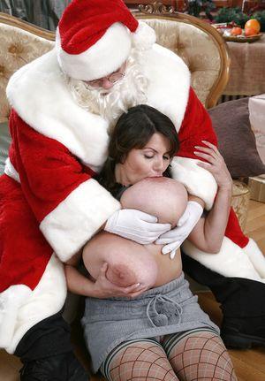 Грудастая брюнетка готовится к рождеству 3 фото