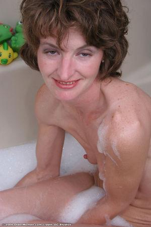 Похотливая милфа дрочит в ванной 10 фото