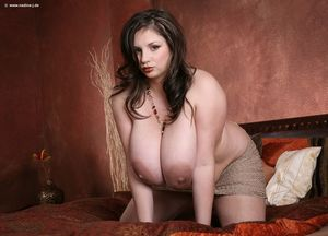 Пухлая брюнетка демонстрирует свои огромные груди 8 фото