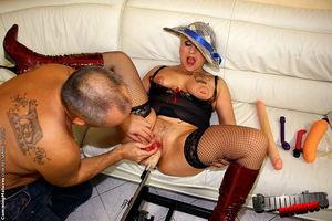 Развратная бабуля с татуировками любит секс машины 7 фото