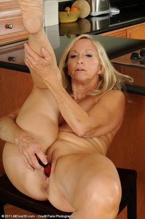 Сексуальная старушка мастурбирует на кухне 7 фото