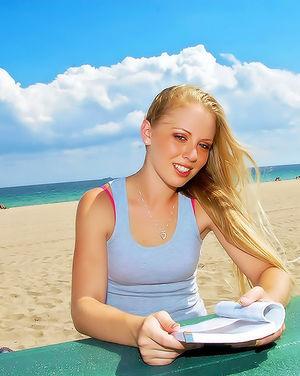 Негритос познакомился на пляже с блондинкой 0 фото