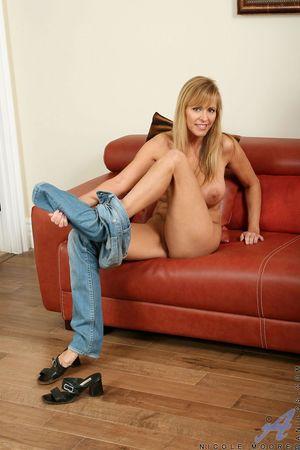 Активная мастурбация сорокалетней женщины с красивой большой грудью 6 фото
