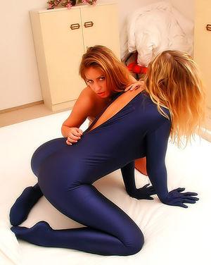 Сексуальные лесбиянки с натуральными сиськами 6 фото