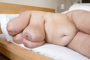 Развратная бабуля с обвисшими дойками и мохнатой мандой 6 фото