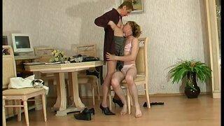 Курящая зрелая дамочка, надела на парня женское белье и трахнула его