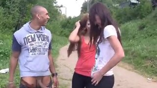 Лысый парень трахает сексуальных девушек на природе