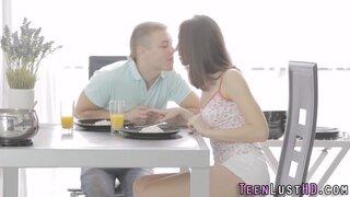 Русский парень, не устоял перед желанием трахнуть молодую красотку, на столе