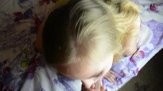 Блондиночка с голубыми глазами и милым взглядом полирует член ртом