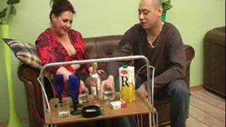 Молодой парень напоил зрелую русскую бабу водкой и трахнул ее