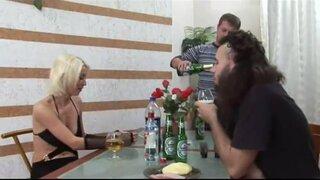 Русские парни напоили белокурую давалку, чтобы выебать ее в задницу