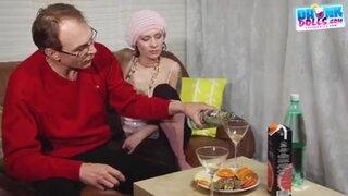 Пьяная россиянка трахается в жопу со зрелым мужиком