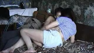 Парень уговаривает пьяную тетю на секс в миссионерской позе