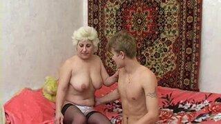 Зрелая бабуля пригласила к себе в гости молодого парня на секс