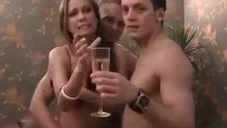 Студенты из России устроили пьяную тусовку с групповым сексом