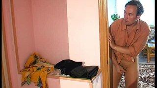 Пока толстушка мылась в ванной, мужик украл у неё вещи