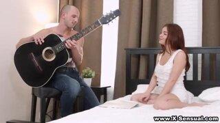 Рыжая бестия возбудилась от игры на гитаре и дала в жопу