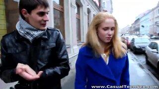 Сначала толкнул блондинку на улице, а после трахнул в пизду
