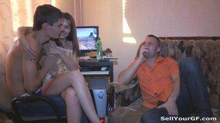Молодая россиянка скачет на члене богатого парня на глазах своего мужа