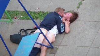 Пьяный бомж ебет на улице спящую собутыльницу, в миссионерской позе