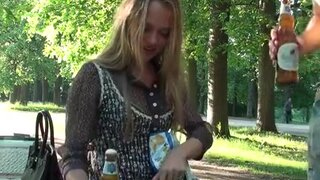 Молодая пара, выпив пива, уединилась для быстрого минета в парке