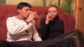 Русская парочка немного выпила и начала ебаться на диване