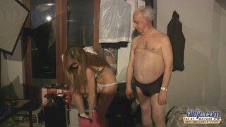 Секс 75-летнего дедушки благословила русская красотка блондинка