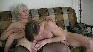 Бабушка трахается с молодым парнем на диване